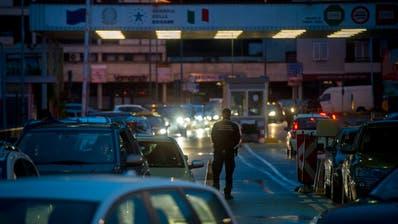 Stau vor dem Grenzuebergang in Ponte Tresa TI. ((KEYSTONE/Ti-Press/Gabriele Putzu))