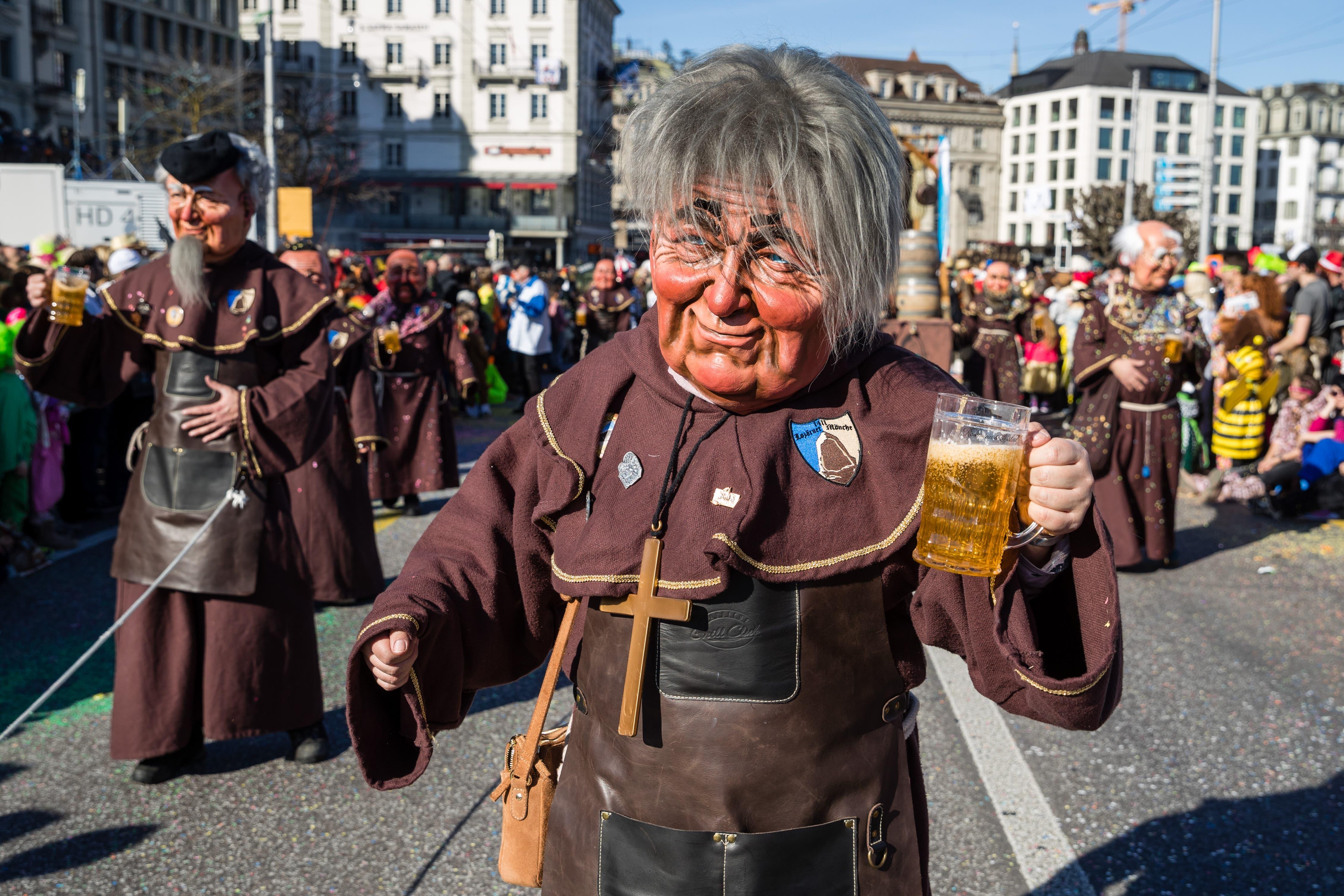Prost: Die Lozärner Mönche sind als Bier-Brauer-Mönche unterwegs.