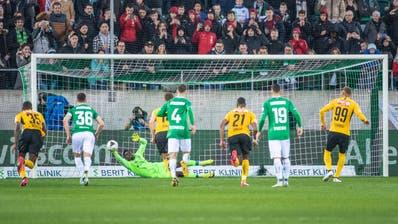 Der Moment der Aufregung: YB-Stürmer Hoarau verschiesst in der Nachspielzeit einen Penalty, erhält aber noch einmal eine Chance, weil sich St.Gallens Torhüter Zigiwohl ein kleines bisschen zu früh bewegt. (Urs Bucher)