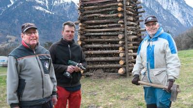 Eine Delegation der Plattiser Funkenbauer ist daran, den Holzstoss auf der Anhöhe fertigzustellen. (Bild: Hansruedi Rohrer)