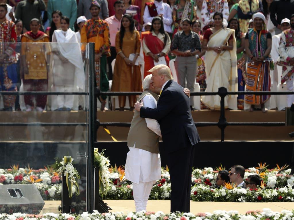 «America first» trifft auf «Make in India». Der indische Regierungschef Narendra Modi empfing den US-Präsidenten im grössten Kricket-Stadion der Welt in der Stadt Ahmedabad.