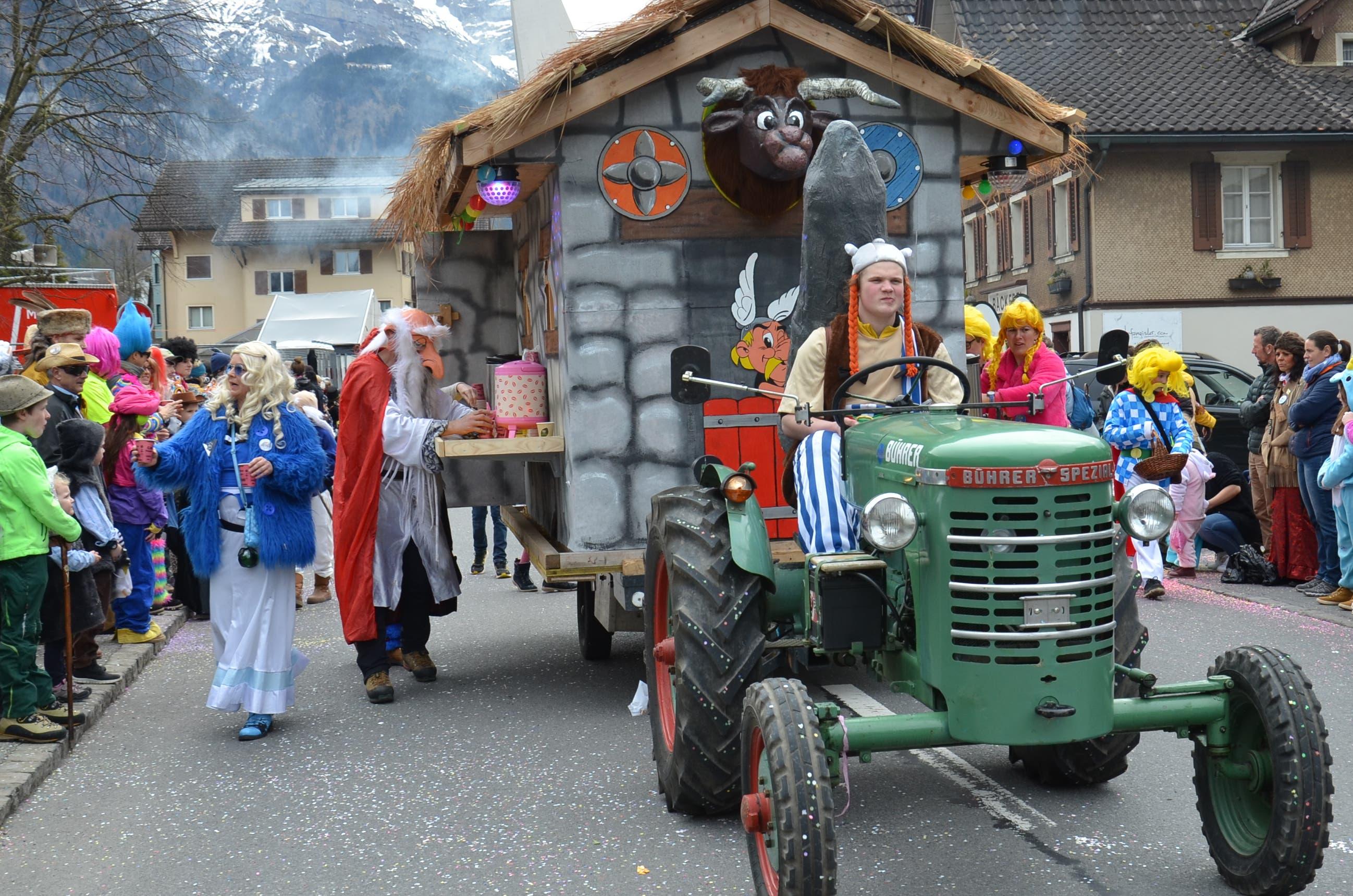 Obelix fährt mit seinen Freunden aus dem kleinen Dorf der Unbeugsamen in Dallenwil ein.