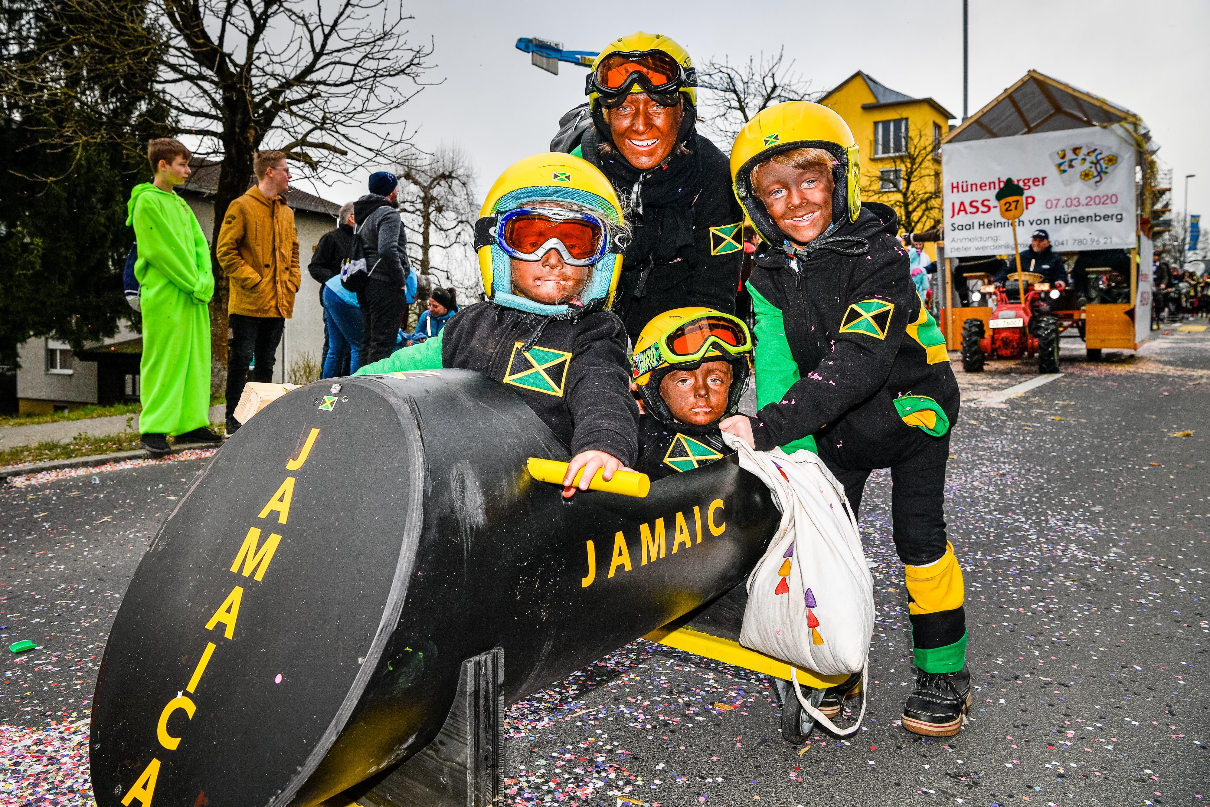 Diese Bobmannschaft aus Jamaica kann sich sehen lassen - tat sie dann auch am Hünenberger Fasnachtsumzug.