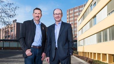 Josef Schmidli (links) und Thomas Lehmann auf dem Schulareal Gersag. Im Hintergrund der «Schoggiturm», das Verwaltungsgebäude der Gemeinde Emmen. (Bild: Eveline Beerkircher, 6. Februar 2020)