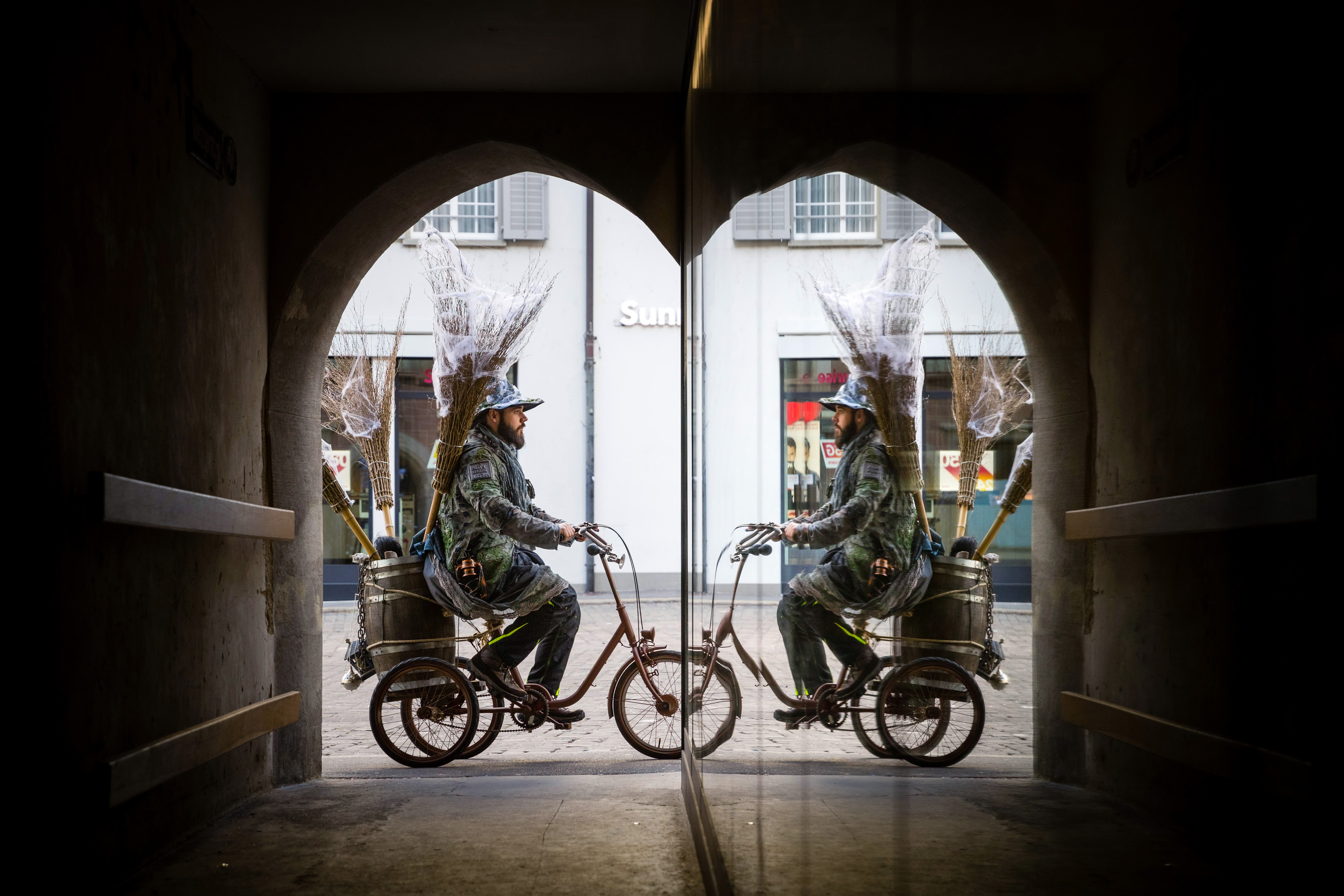 Phillip aus Buchrain von der Gruppe «Alti Garde Lozärn», unterwegs mit Besen und Dreirad. Das Sujet der Garde: Hexensabbat.