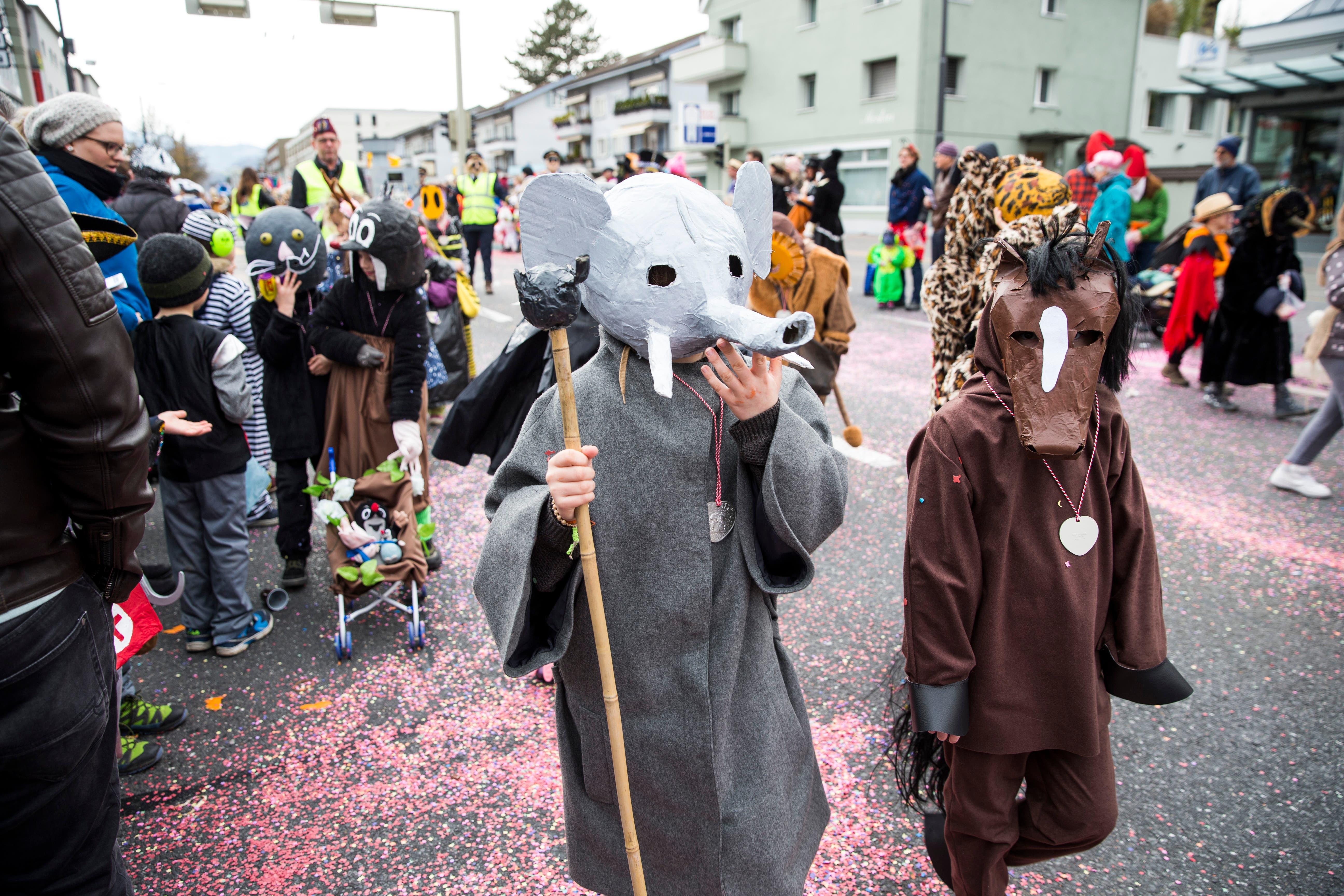 Auch rund 400 Kinder liefen beim Umzug mit. Im Bild: Schülerinnen und Schüler der Schulhäuser Zentral, Sagen und Innerschachen.