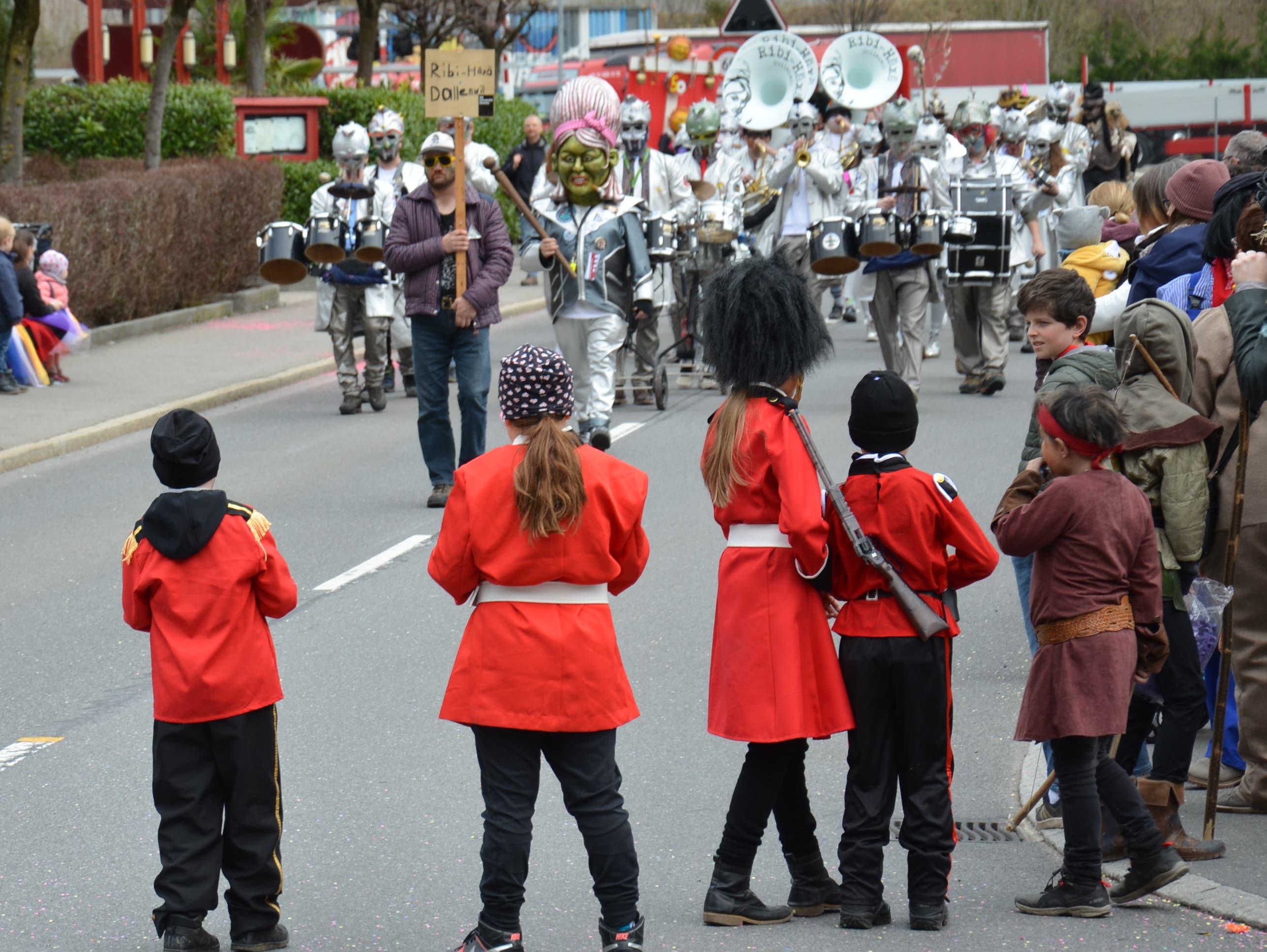 Die Ribi-Häxä aus Dallenwil führen den Dallenwiler Kinderumzug an. Die Zuschauer blicken ihnen gespannt entgegen.
