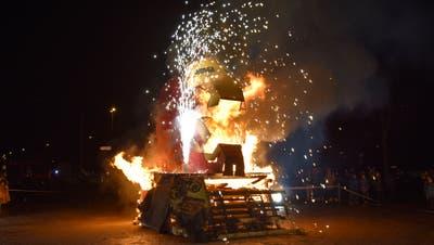 Brennender Füürlizapfen auf dem Q20-Parkplatz: Wieso den Anlass nicht spontan ins Sirnacher Dorfzentrum verlegen? ((Bild: Roman Scherrer))