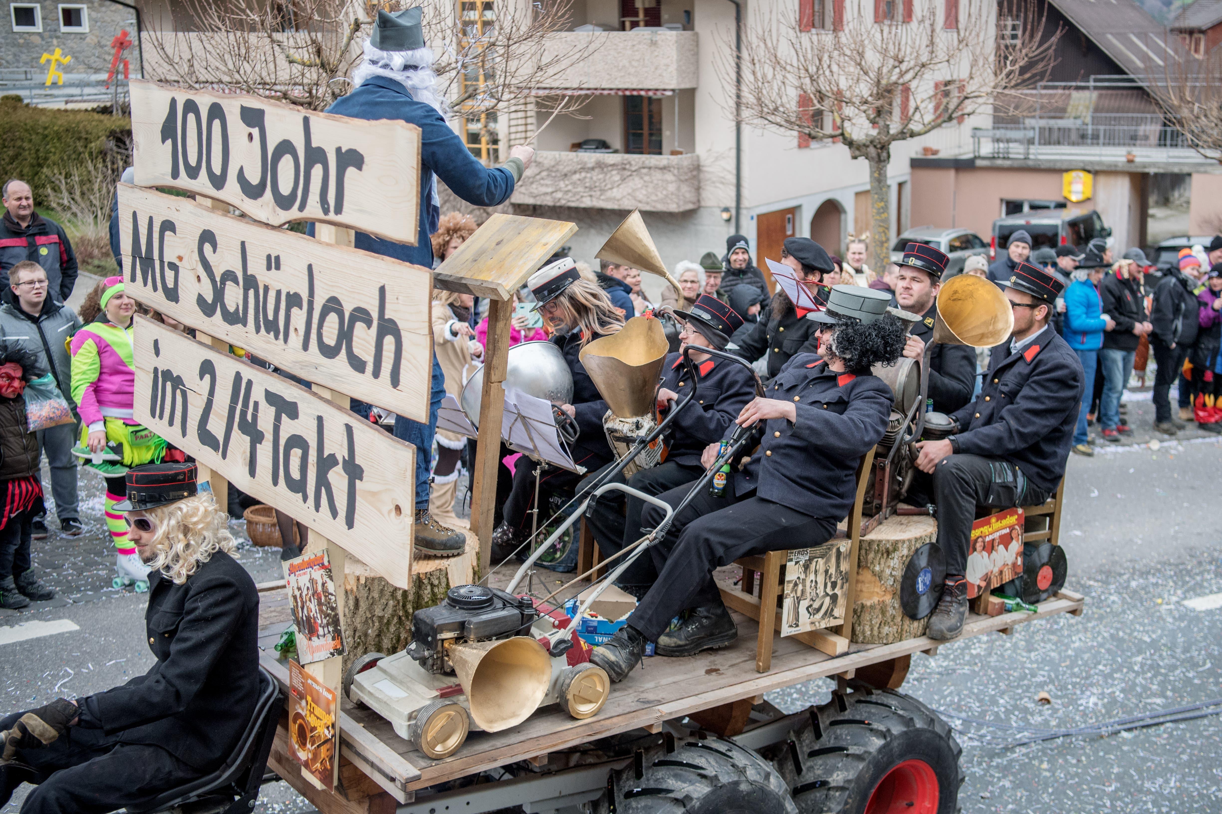 """Ufhuser Wagen mit """"100 Johr ...""""."""