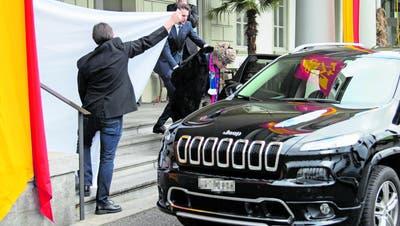 Viktor Andrejewitsch Raschnikowitsch bei seiner gestrigen Verhaftung vor dem Hotel Schweizerhof. (Bild: Leserreporter)