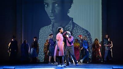 Von Somalia auf die Laufstege der Modewelt: Mit der «Wüstenblume» wird das Leben von Waris Dirie (gespielt von Kerry Jean) in St.Gallen eindringlich nachgezeichnet.