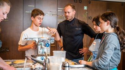 Kochen mit Oberstufenschülern: Spitzenkoch Tobias Funke will die Leidenschaft am Kochen weitervermitteln. (Seven-T-Three Photography)