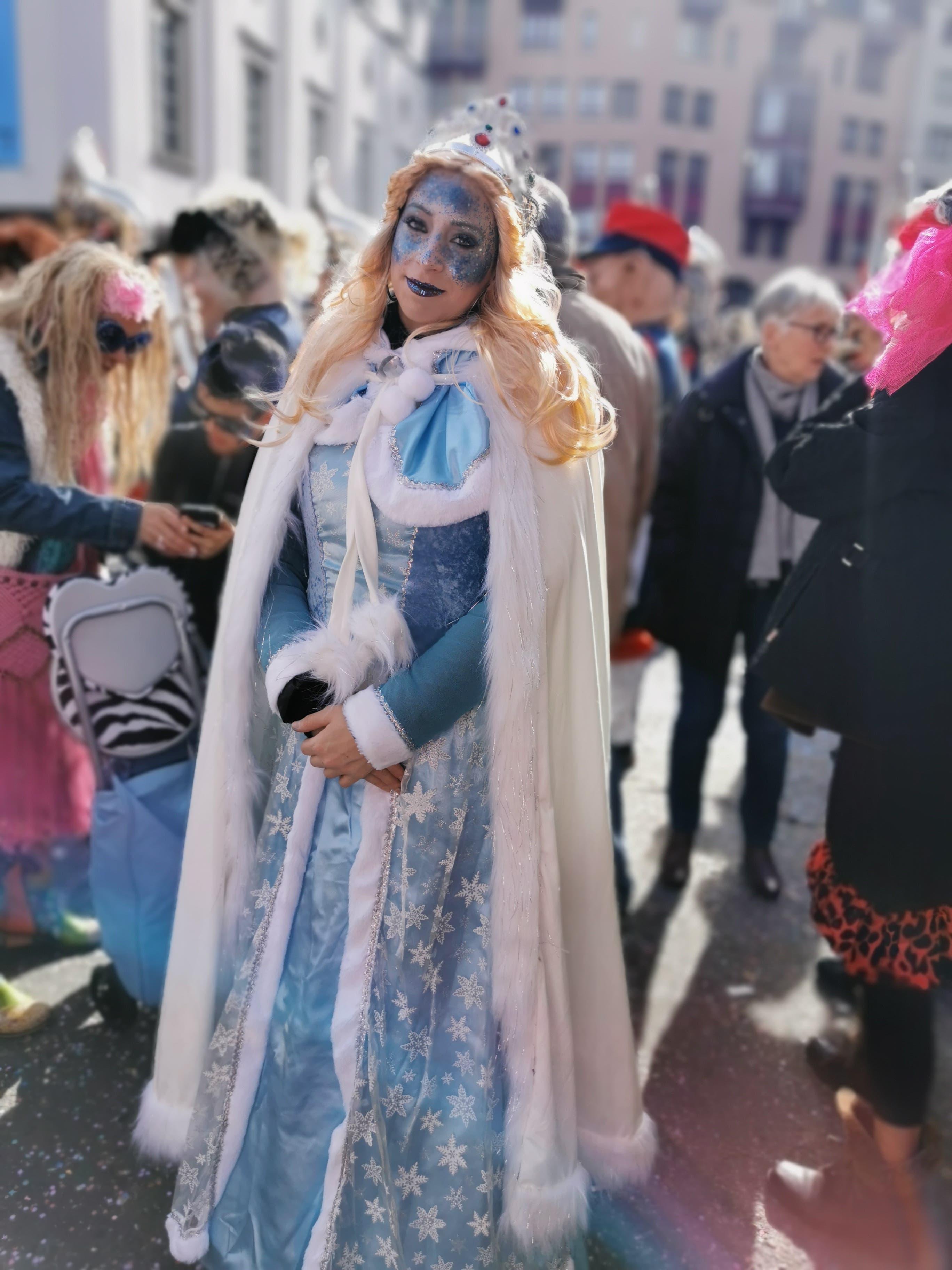 E rüüdigi, schöni Fasnacht als Elsa vo Frozen.