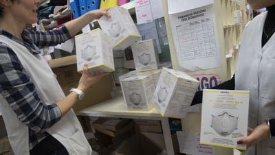 Ankunft von dringend benoetigten Schutzmasken mit Filter zur Vorbeugung einer Infektion mit dem CoronaVirus COVID-19 in einer Apotheke in Stabio, am Mittwoch, 26. Februar 2020. (KEYSTONE/Ti-Press/Davide Agosta) (Davide Agosta / Ti-PRESS)
