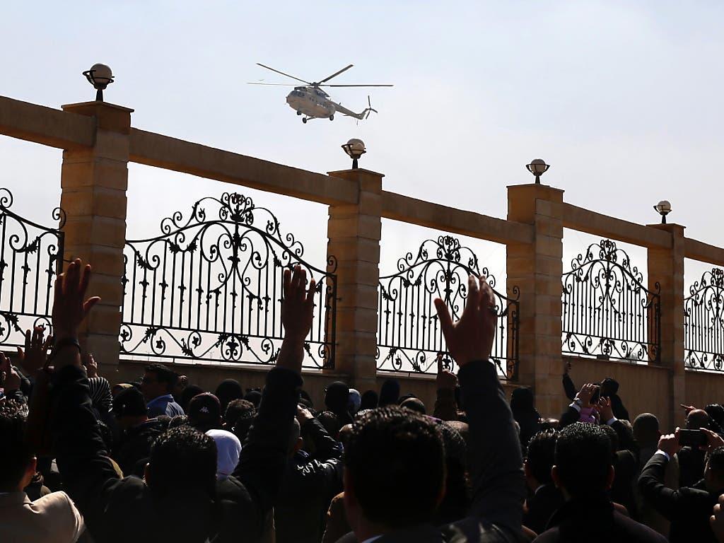 Ein Militärhelikopter bringt den Leichnam des ägyptischen Lanzeitpräsidenten Husni Mubarak zur Moschee Al-Muschir Tantawi östlich der Hauptstadt Kairo.