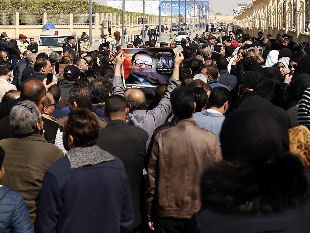 Anhänger von Husni Mubarak versammeln sich vor der Moschee Al-Muschir Tantawi in Kairo, wo die Trauerfeier für den verstorbenen ägyptischen Ex-Staatschef stattfindet.