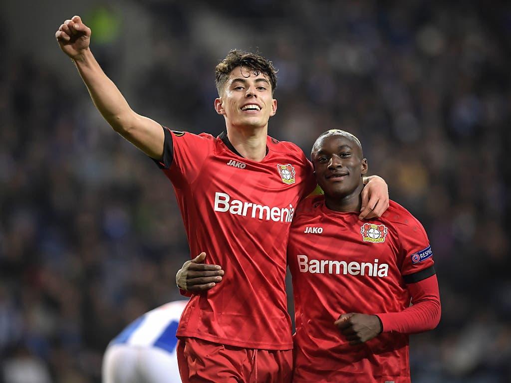 Kai Havertz (links) feiert mit Moussa Diaby seinen Treffer beim FC Porto