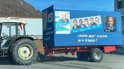 Mit diesem Wagen wollte Walter Brandstetter an der Fasnacht in Wangs teilnehmen – schliesslich wurde das Wort «Neger» überklebt. (Bild: pd)