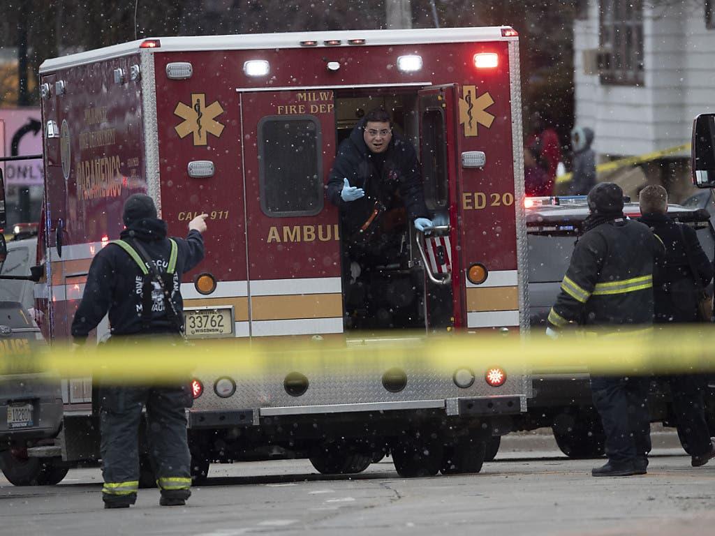 Nach einer Schiesserei in Milwaukee (USA) rückt die Ambulanz aus, um Verletzte zu bergen.