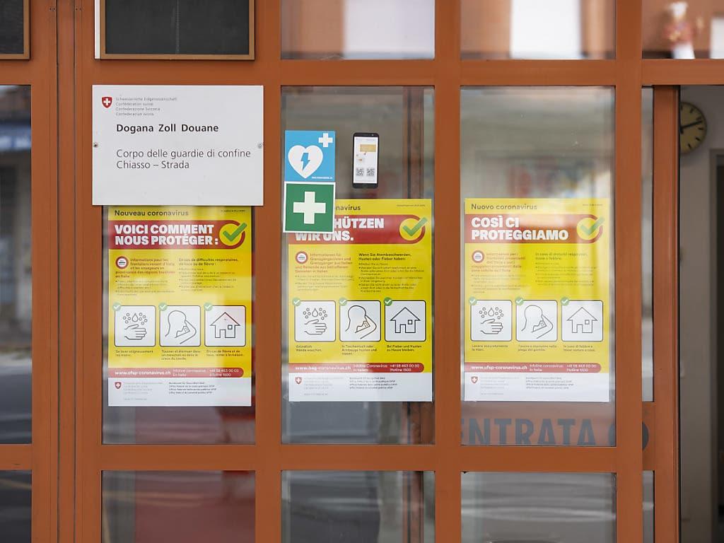 Im Kanton Tessin informieren gelbe Flyer des Bundes über Vorsichtsmassnahmen des Bundes.