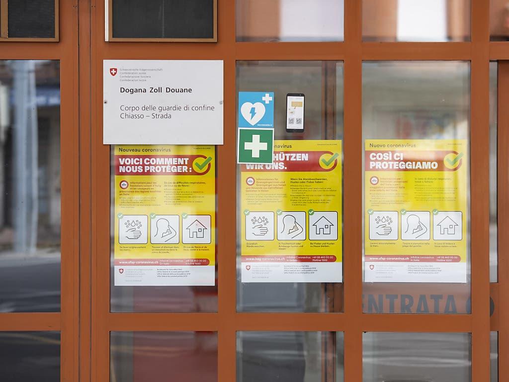 Aushänge am Zoll von Chiasso über die Präventionskampagne des Bundesamtes für Gesundheit (BAG) gegen die Ausbreitung des Coronavirus COVID-19.