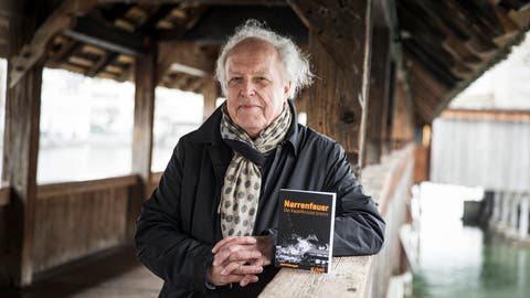 Ueli Habegger, Autor des Krimis« Narrenfeuer», auf der Kapellbrücke in Luzern. (Manuela Jans-Koch, Luzern, 27. Februar 2020)