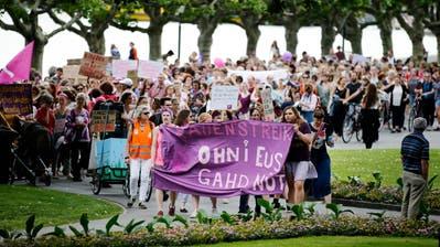Im Sommer 2019 nahmen in Zug viele Personen an einer Demo vom Alpenquai bis zum Landsgemeindeplatz teil. (Bild: Stefan Kaiser (Zug, 14. Juni 2019))