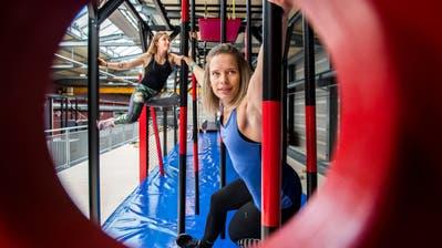 Bärenstark: Astrid Sibon (vorne) und Alisha Lehni trainieren im Surseer Ninja-Parcours. (Bild: Eveline Beerkircher, Sursee, 13. Februar 2020)