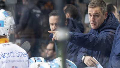 EVZ-Coach Dan Tangnes will wieder mehr Leidenschaft im Zuger Spiel sehen. (Bild: Marcel Bieri/Keystone)