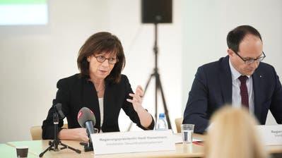 Regierungspräsidentin Heidi Hanselmann sowie die Regierungsräte Benedikt Würth (links) und Marc Mächler über die finale Spitalbotschaft. (Bild: Raphael Rohner)