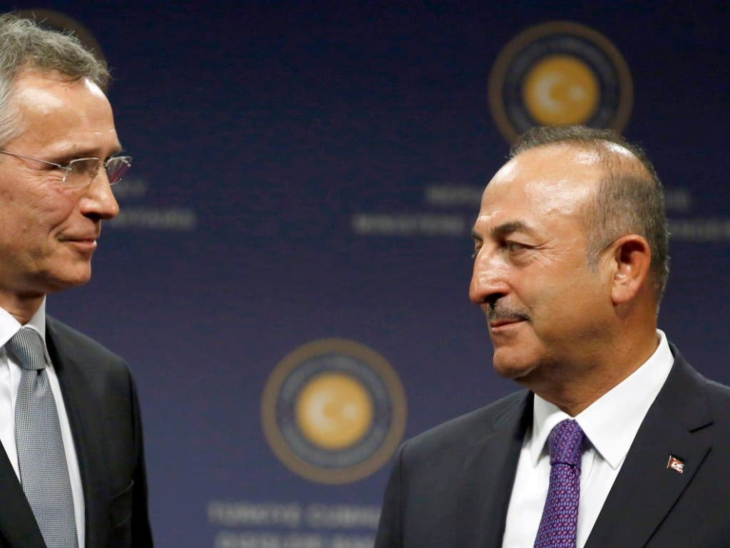 Der türkische Aussenminister Mevlut Cavusoglu (rechts) hat nach der Eskalation im Syrien-Konflikt mit Nato-Generalsekretär Jens Stoltenberg (links) telefoniert.