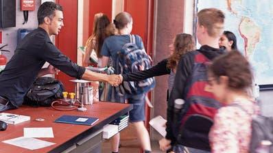 Als Vorsichtsmassnahme haben einige Luzerner Schulen beschlossen, das Händeschütteln in der nächsten Zeit zu unterlassen. (Symbolbild: Gaetan Bally/Keystone)