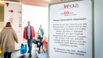 Schilder im Eingangsbereich machen die Besucher darauf aufmerksam, dass die Messen nicht stattfinden ((Bild: Andrea Stalder))