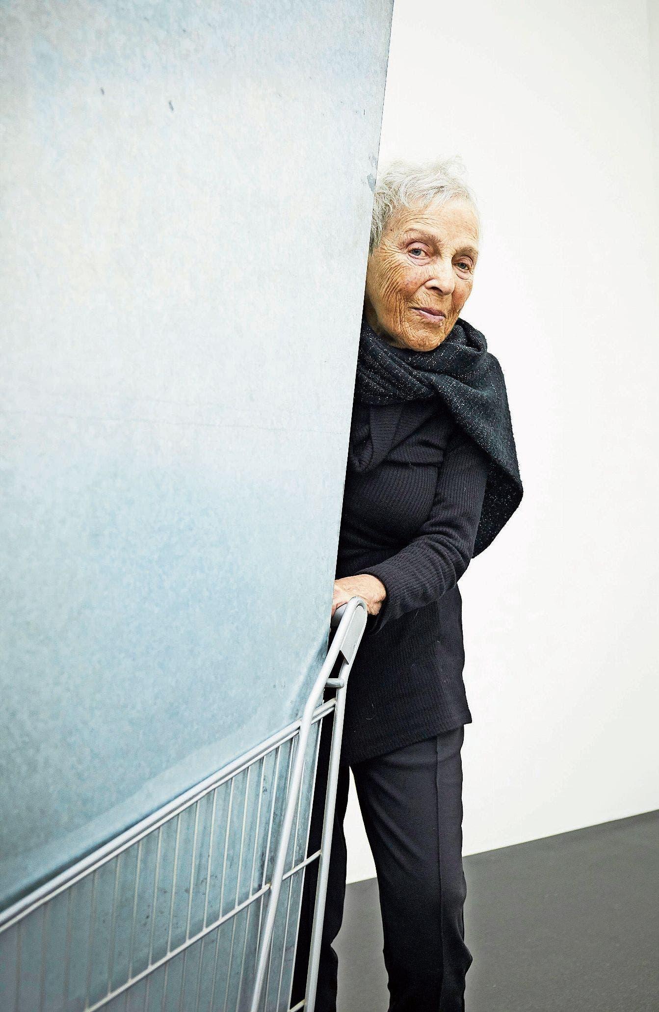 Die italienische Künstlerin Marion Baruch bei einem ihrer Werke, die im Kunstmuseum Luzern ausgestellt werden