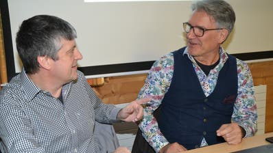 Lignum Geschäftsführer Sepp Fust (links) und Interimspräsident Marcus Freund treffen vor Versammlungsbeginn letzte Absprachen. (Bild: Adi Lippuner)