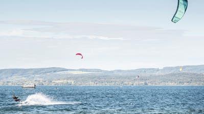 Für die Kitesurfer ist es unverständlich, dass ihr Sport den ganzen Winter lang verboten sein soll, während etwa Motorboote uneingeschränkt verkehren dürfen. (Bild: PD)