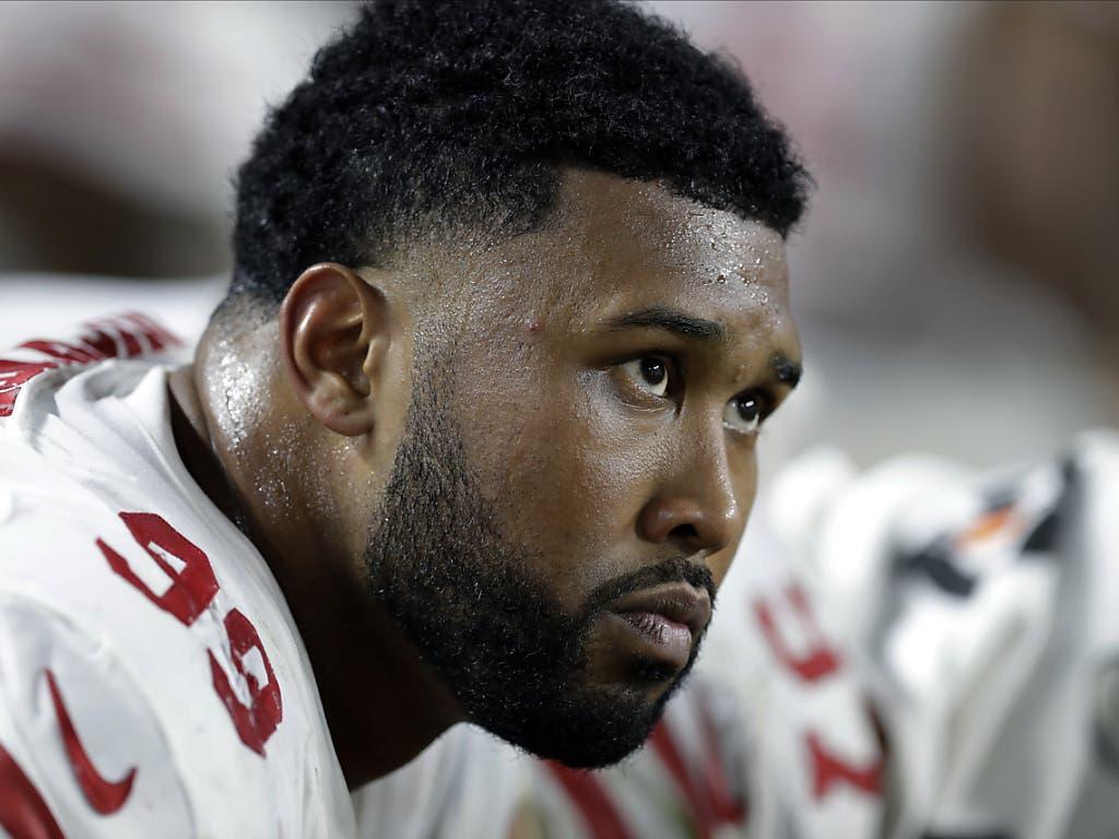 DeForest Buckner von den 49ers sitzt niedergeschlagen auf der Bank