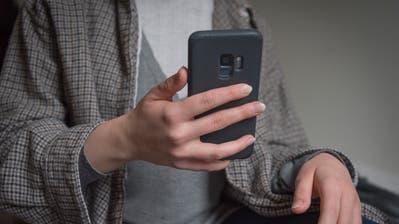 Handy, Social Media, Solziale Medien, Telefonieren (Lisa Jenny)