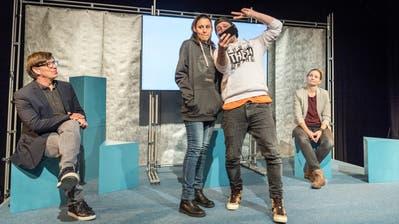 Bilitz-Theaterleiter Roland Lötscher (links) spielt in «S.O.S.» den Vater eines depressiven Mädchens. (Bild: Andrea Stalder)