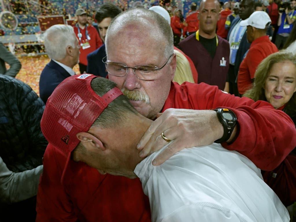 Kansas' Headcoach Andy Reid tröstet seinen Trainer-Kollegen der 49ers, Kyle Shanahan (gebückt), nach dem Triumph in der 54. Super Bowl