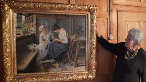 Mary Sauter freut sich darüber, dass das Bild nun wieder da hängt, wo es herkommt. ((Bild: Margrith Pfister-Kübler))