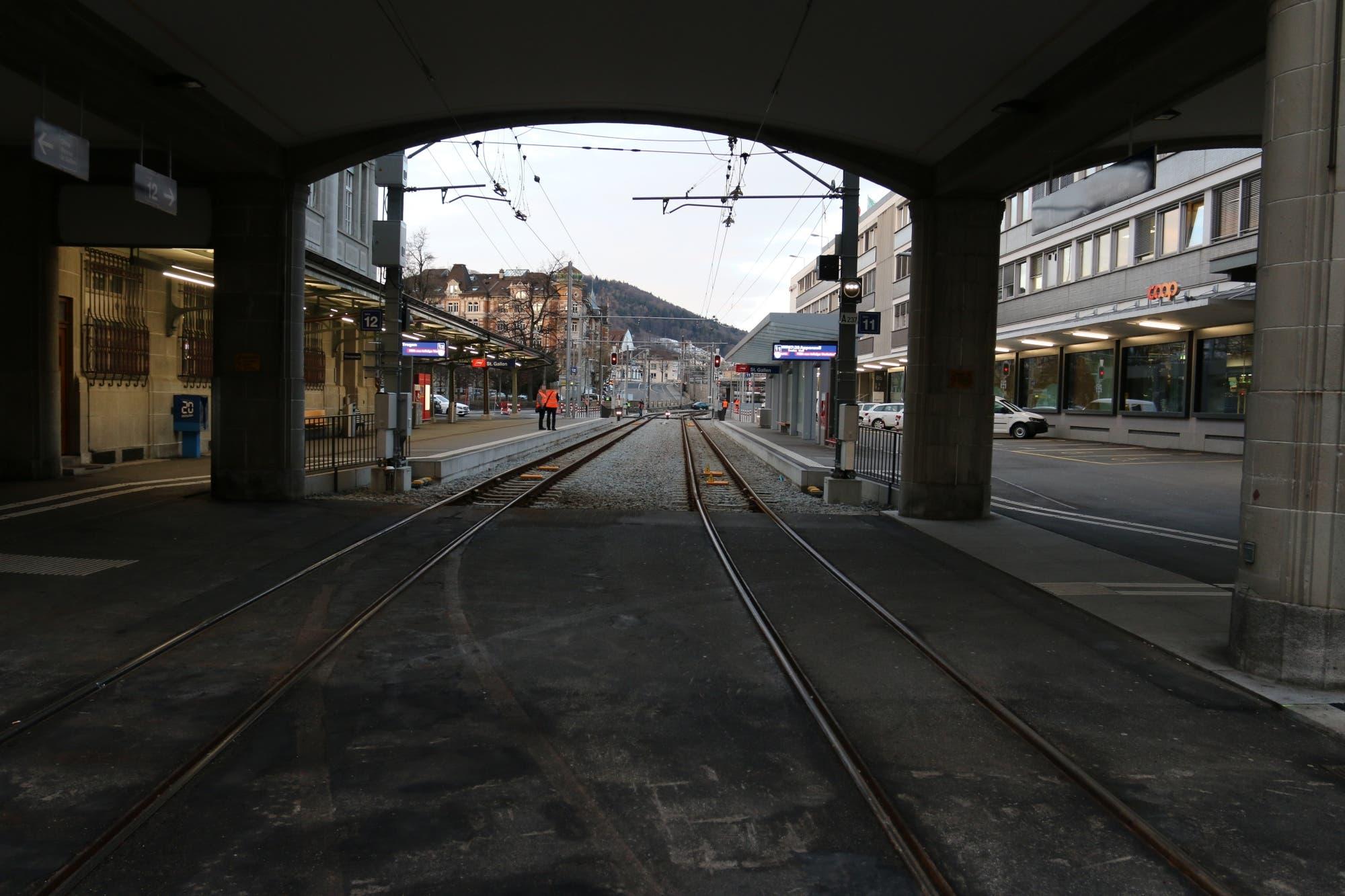 Am 3. und 26. März sowie am 23. Oktober 2019 und letztmals am 3. Februar 2020 fuhren Autos durch diesen Bogen vom St.Galler Bahnhofplatz auf die Gleise der Appenzeller Bahnen. Einer kam immerhin 150 Meter weit.