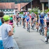 Das Peloton der Tour de Suisse rollt bei der Rundkursetappe um Frauenfeld durch die Gemeinde Pfyn. ((Bild: Andrea Stalder(10. Juni 2018)))