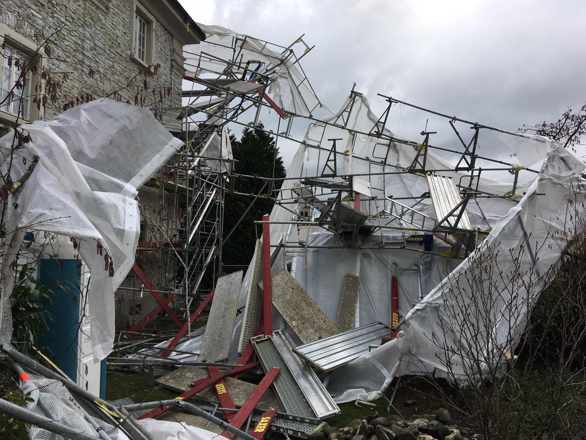 In Rorschach bei der Psychiatrie Nord hat der Sturm ein Baugerüst zum Einsturz gebracht.