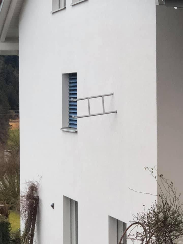 In Degersheim hat es so stark gestürmt, dass sich eine Trampolinleiter in eine Hauswand gebohrt hat.