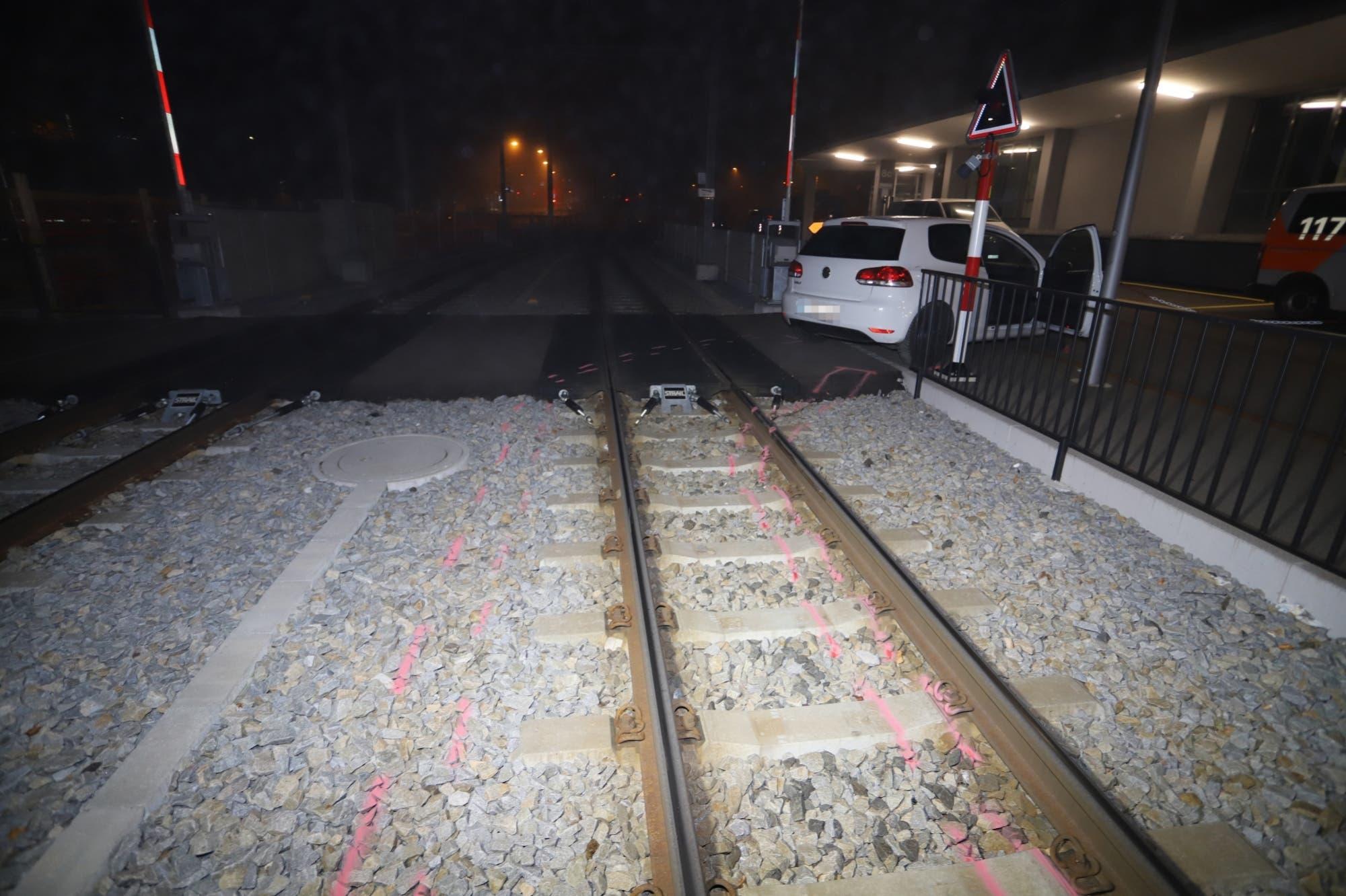 23. Oktober 2019: Nach der Irrfahrt mit dem gestohlenen Auto übers Schotterbett schien der Fussgängerübergang am Ende der AB-Haltestelle die Rettung,...