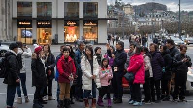 Luzern, wie man es kennt: Asiatische Gruppen-Touristen am Schwanenplatz. (Lz / Boris Bürgisser / LZ / Boris Bürgisser)