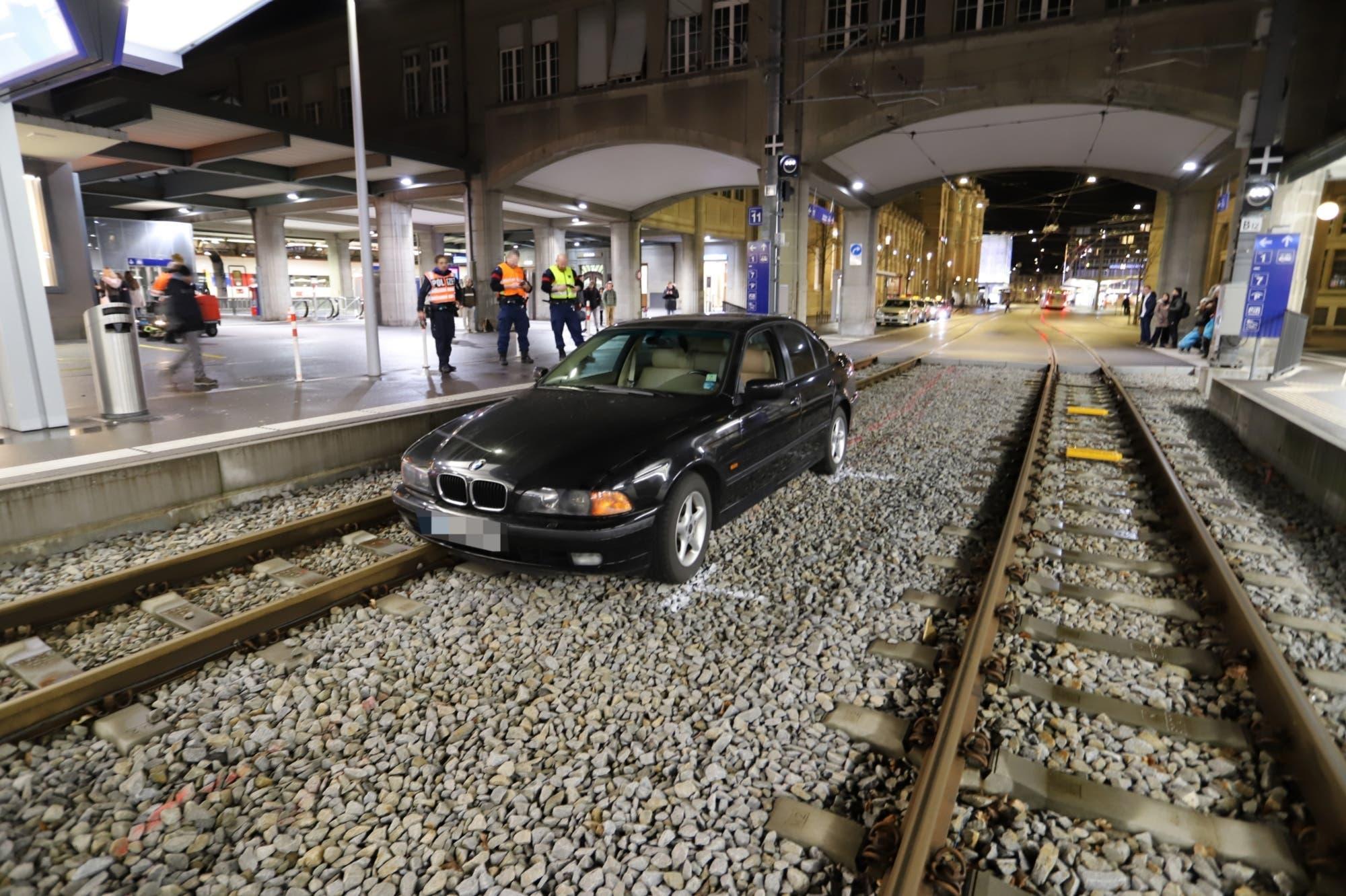 Montag, 3. Februar 2020: Der nüchterne, aber ortsunkundige Autofahrer bemerkte sofort, dass er sich mit seinem BMW auf dem Holzweg, respektive auf einer Schotterpiste befand und bremste sofort ab.