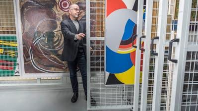 Markus Landert, Leiter des Kunstmuseums Thurgau, gewährt einen Einblick in das Depot in Aadorf. (Bild: Andrea Stalder)