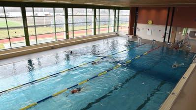 Während der aktuellen Sportferien ist ausnahmsweise auch tagsüber viel Platz im Hallenbad Flös vorhanden. (Bild: Heini Schwendener)